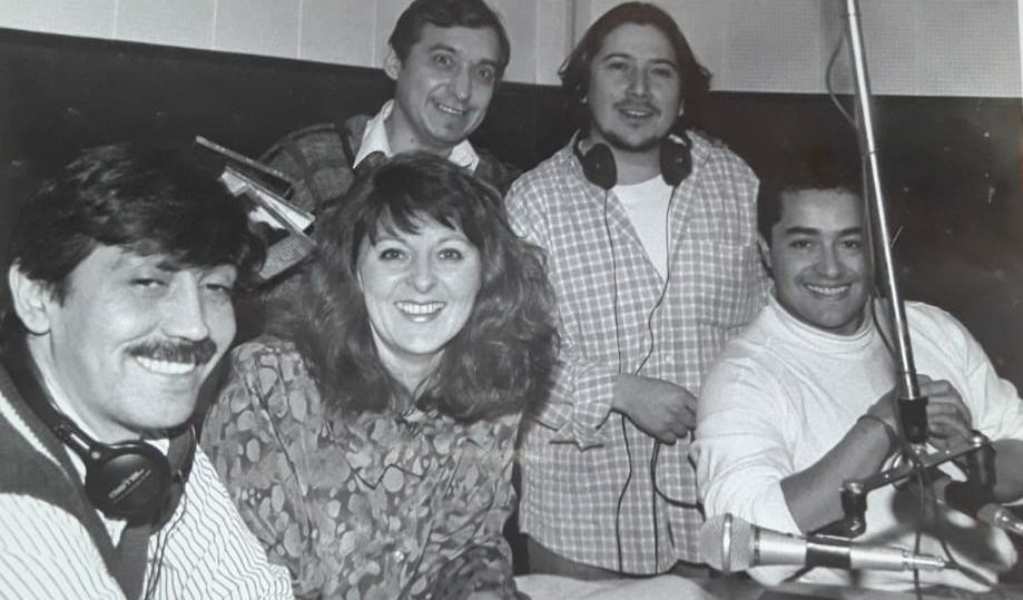 Héctor López, Silvia Escudero, Mario Román y Ángel Vargas, en el viejo estudio de LU12. Foto: José Silva/La Opinión Austral