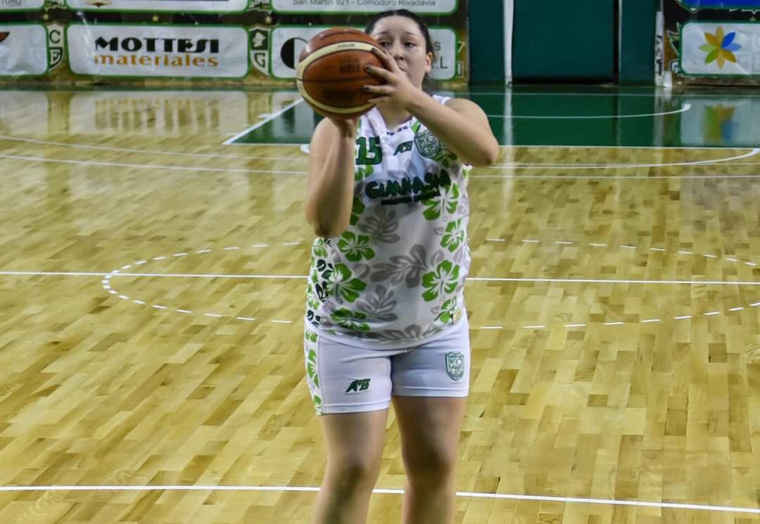Julieta lanzando un tiro libre en el Socio Fundadores.