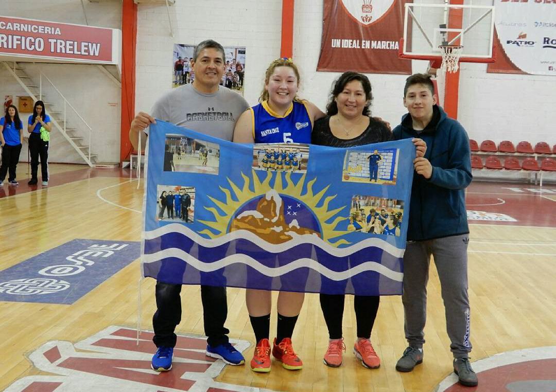 Julieta con sus padres y su hermano en los Juegos de la Araucanía en Trelew.
