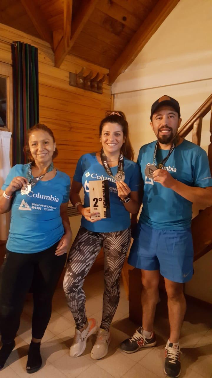 Tamara con sus compañeros de Río Gallegos: Ivan Silva, que participó en los 110km y Dominga Cruz quien corrió en los 42km.