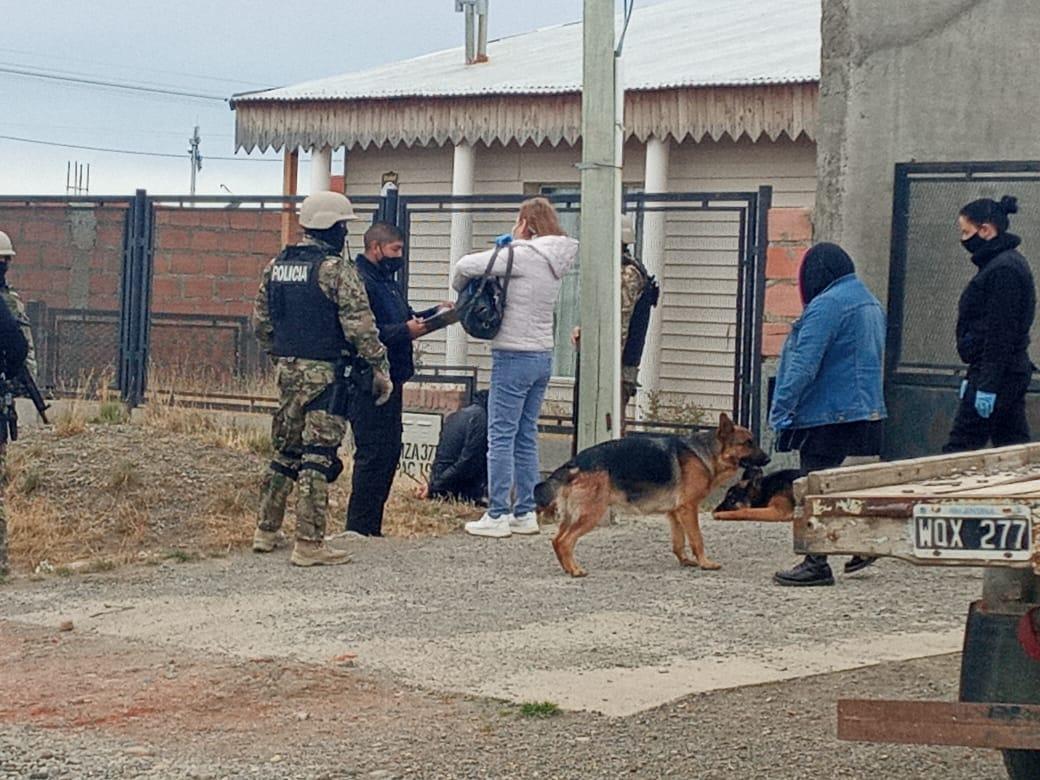 Barrio San Benito: dos detenidos durante un allanamiento. Foto: Mirta Velásquez/La Opinión Austral