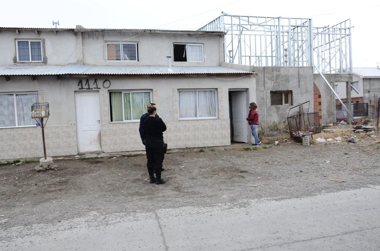 Personal de la Policía trabajando en el caso. FOTO: JOSÉ SILVA/LA OPINIÓN AUSTRAL