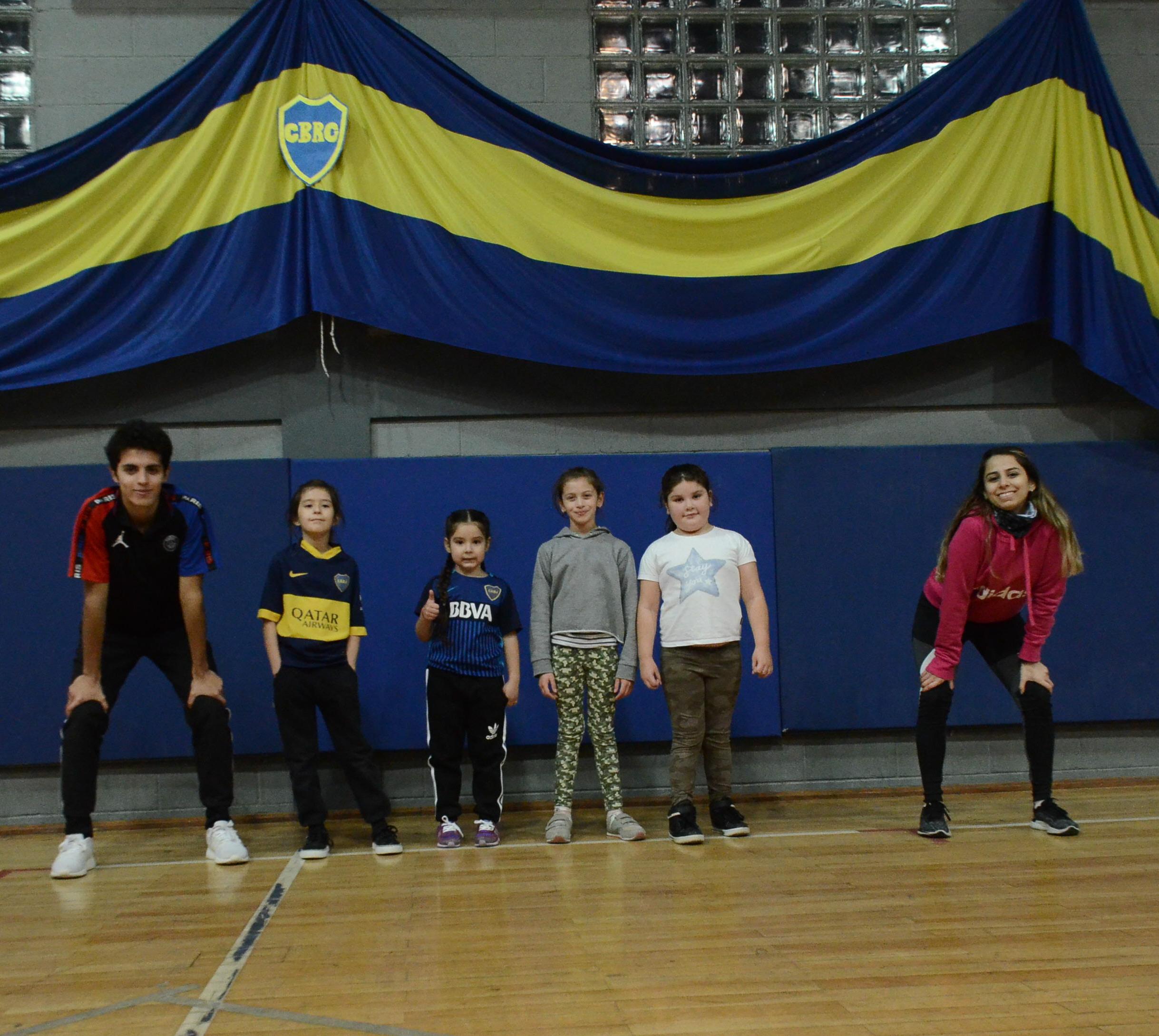 Luciano y Giuliana con las futbolistas Josefina, Amira, Delfina y Tatiana. FOTO: JOSÉ SILVA/LA OPINIÓN AUSTRAL