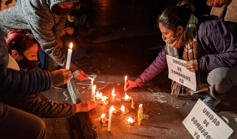 La misma noche, después del incendio, los vecinos se manifestaron pidiendo un cuartel de Bomberos. Foto: Solange Alarcón/La Opinión Zona Norte