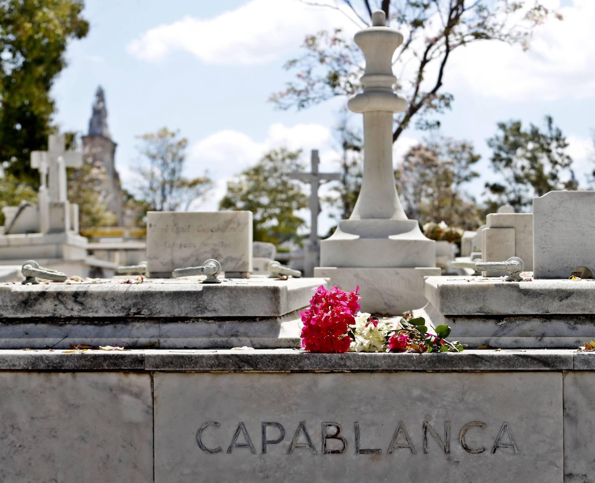 En su tumba no hay un ángel ni una cruz sino un rey blanco esculpido por el artista Florencio Gilabert.