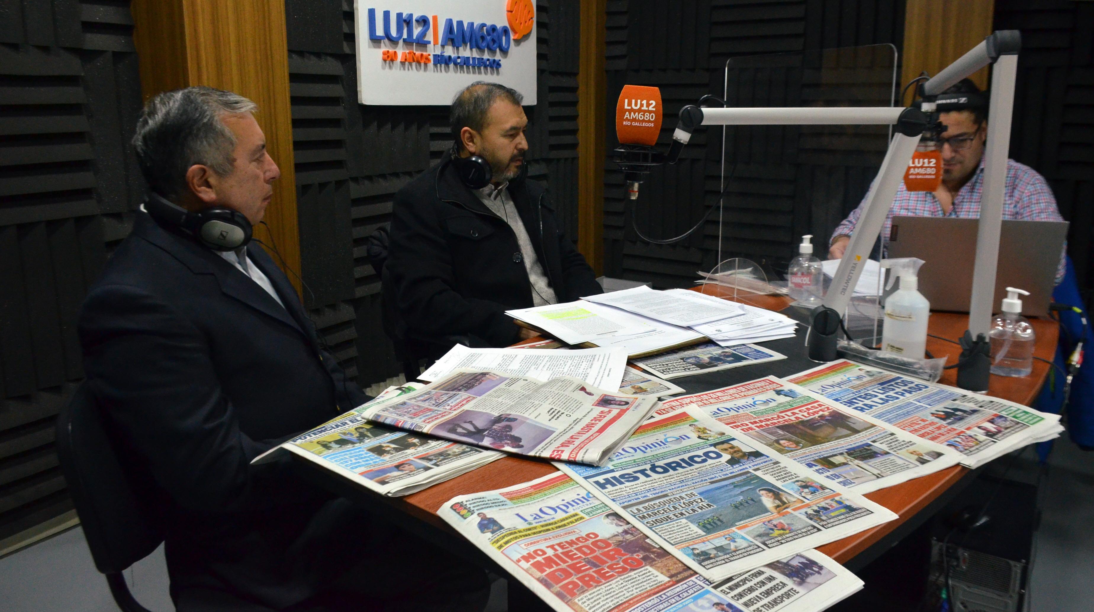 Al aire. Hugo Ortiz y Roberto Leserovich en los estudios de LU12 AM680, junto a Ángel Vargas. FOTO: JOSÉ SILVA / LA OPINIÓN AUSTRAL