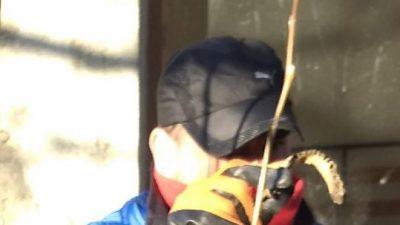 El maxilar. Marcos Herrero mostrando el hueso. FOTO: JOSÉ SILVA / LA OPINIÓN AUSTRAL