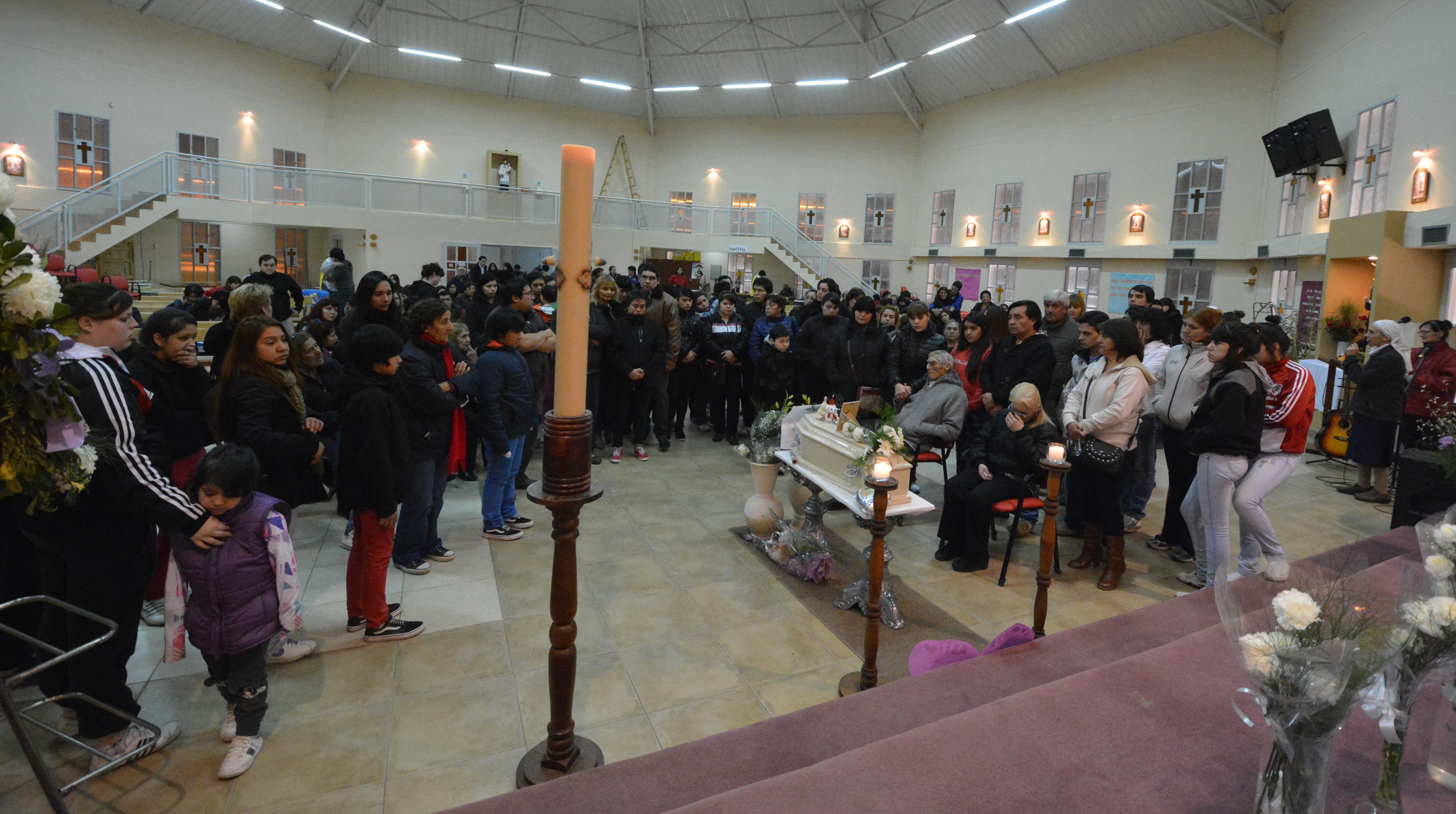 Dolor. El funeral de la beba fue multitudinario. FOTO:JOSÉ SILVA/LA OPINIÓN AUSTRAL