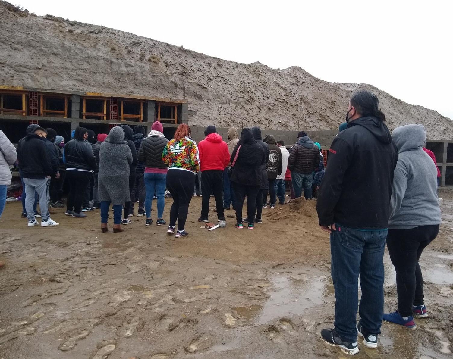 Familiares, amistades y compañeros de trabajo estuvieron ahí. Foto: Tamara Chaile/La Opinión Zona Norte