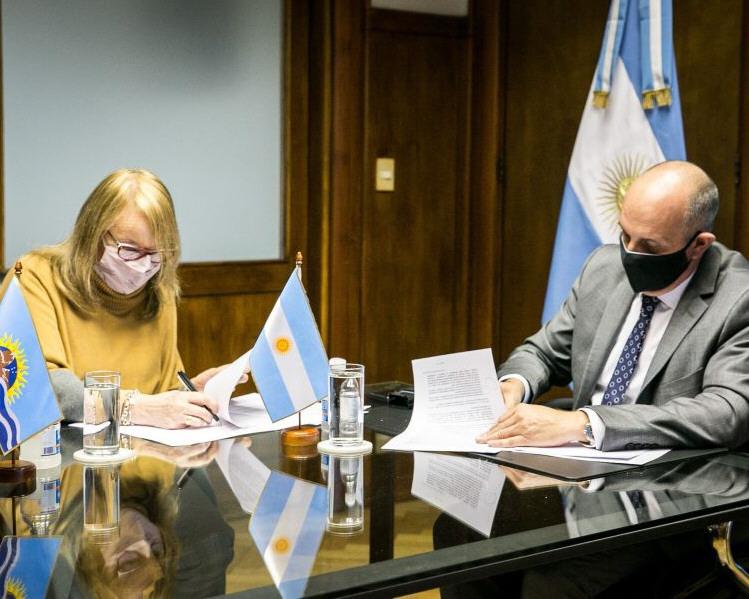 Alicia Kirchner y Alexis Guerrera firman convenios para la modernización.