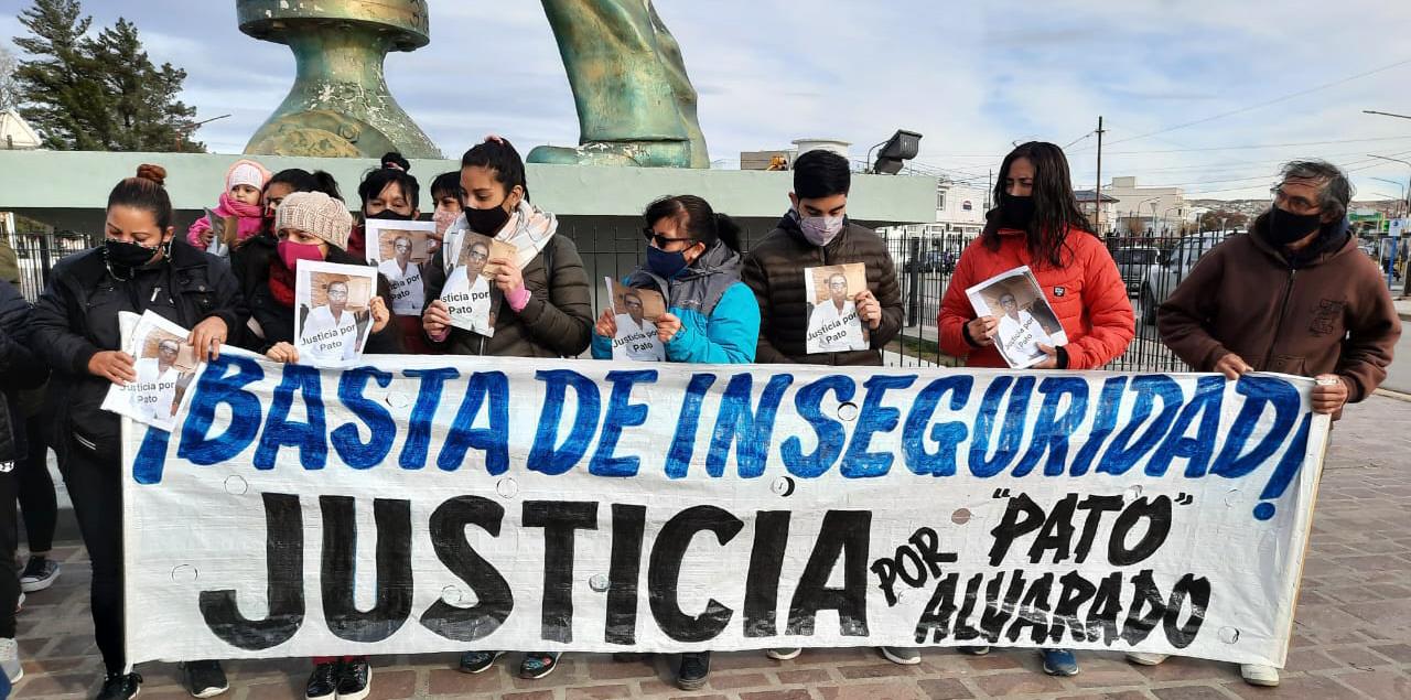 Familiares, amigos y compañeros de Alvarado marcharon por la ciudad. FOTO: TAMARA CHAILE/LA OPINIÓN ZONA NORTE