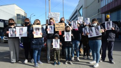La familia de Gisel, pidiendo justicia en el centro de Río Gallegos. (FOTO: JOSÉ SILVA/LA OPINIÓN AUSTRAL)