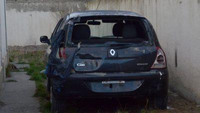 El auto estaba estacionado en el patio de la casa de Gisel. (FOTO: JOSÉ SILVA/LA OPINIÓN AUSTRAL)