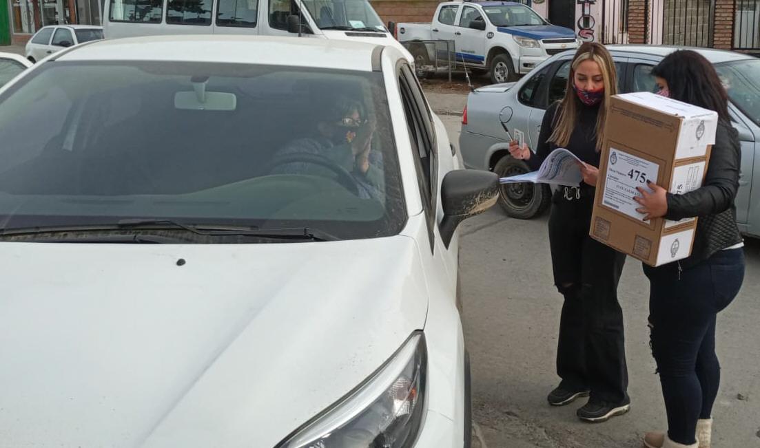 'Mecha' votó desde su auto en El Calafate y agradeció la predisposición de la mesa. FOTO: MIRTA VELÁZQUEZ / LA OPINIÓN AUSTRAL