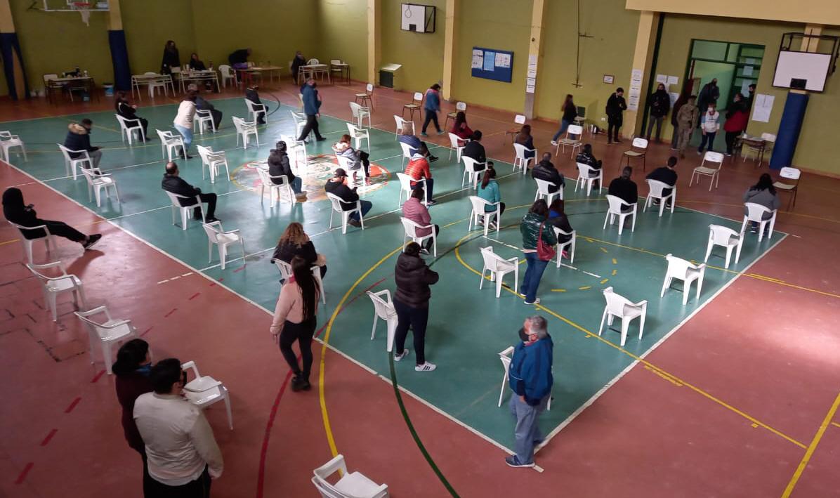 Sillas para esperar: así se dispuso el protocolo en la Escuela 55.FOTO: MARTÍN MUÑOZ QUESADA / LA OPINIÓN AUSTRAL