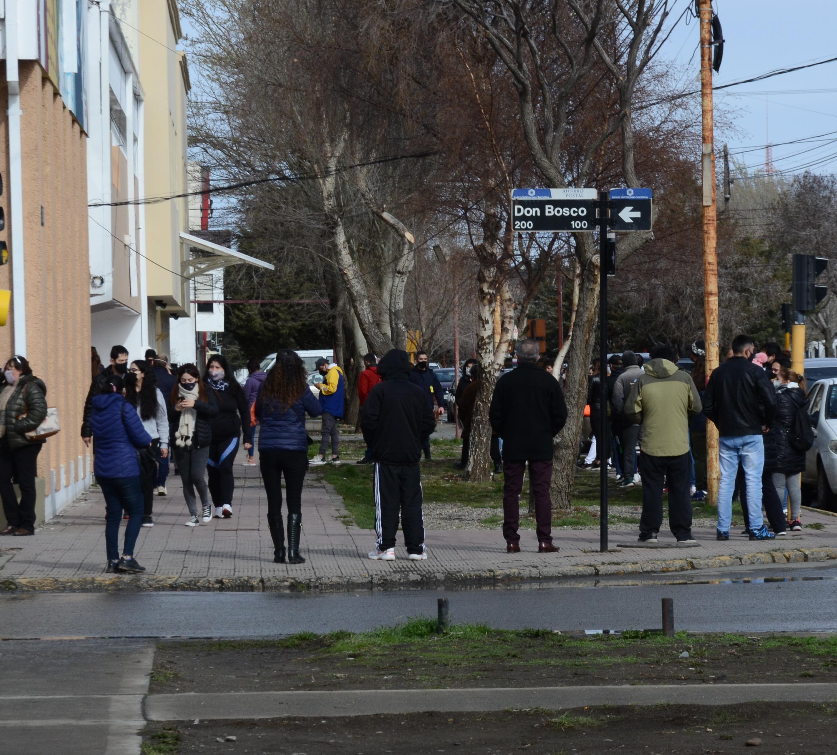 Al mediodía las colas alcanzaron la esquina del Ladvocat en Río Gallegos. FOTO: JOSÉ SILVA / LA OPINIÓN AUSTRAL