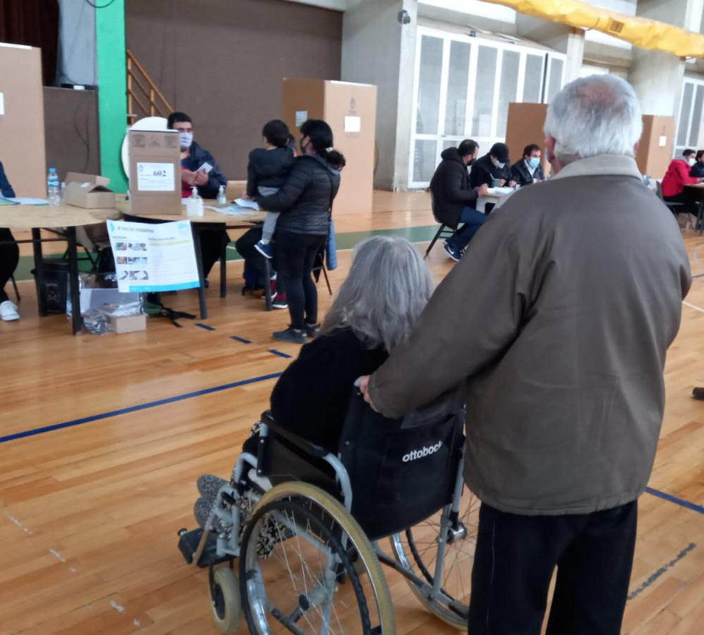 Esfuerzo y voluntad. Los adultos mayores presentes en el Boxing. FOTO: MARTÍN MUÑOZ QUESADA / LA OPINIÓN AUSTRAL
