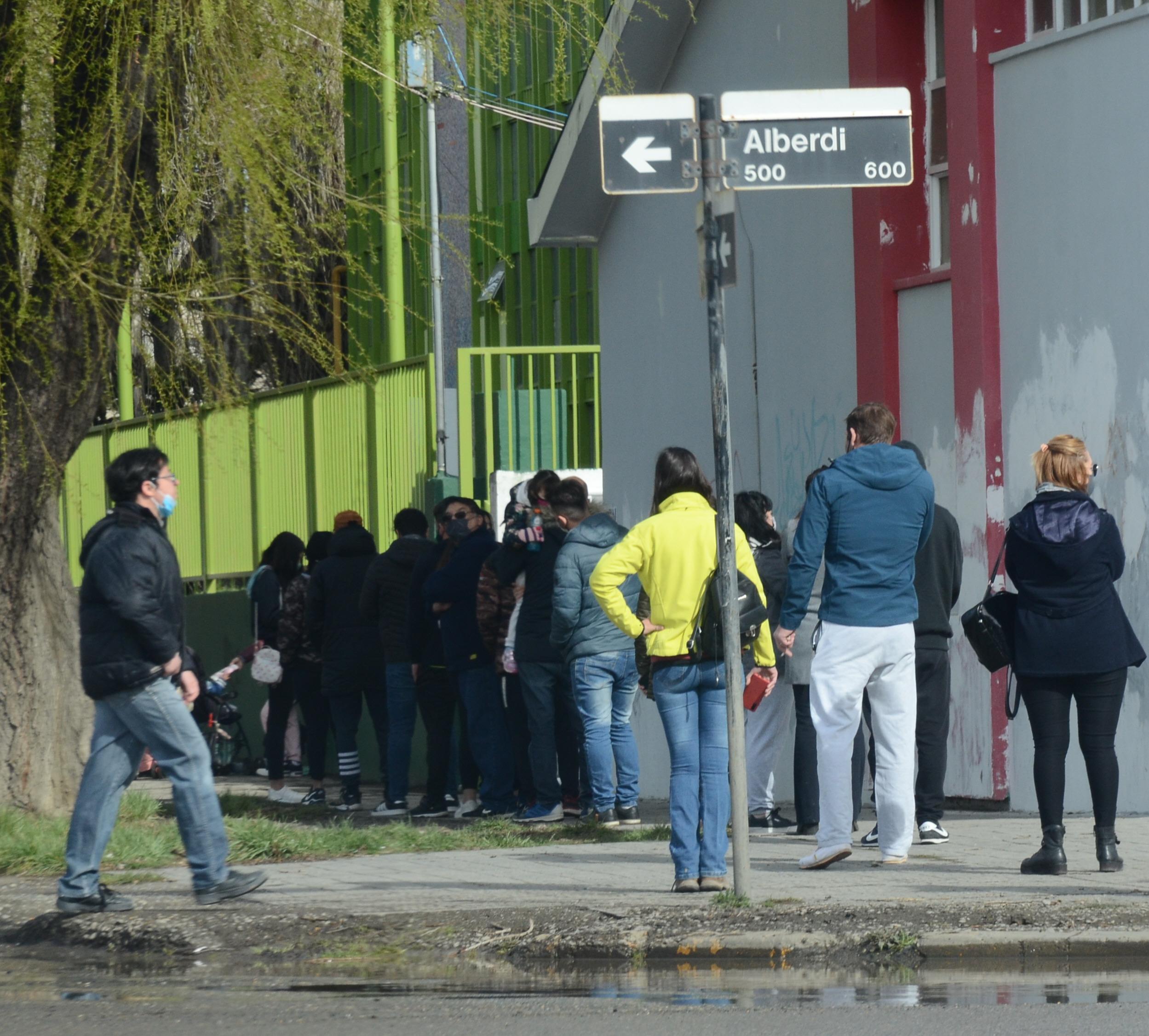 La gente esperó hasta en la esquina para votar en el Secundario Nº25. FOTO: JOSÉ SILVA / LA OPINIÓN AUSTRAL