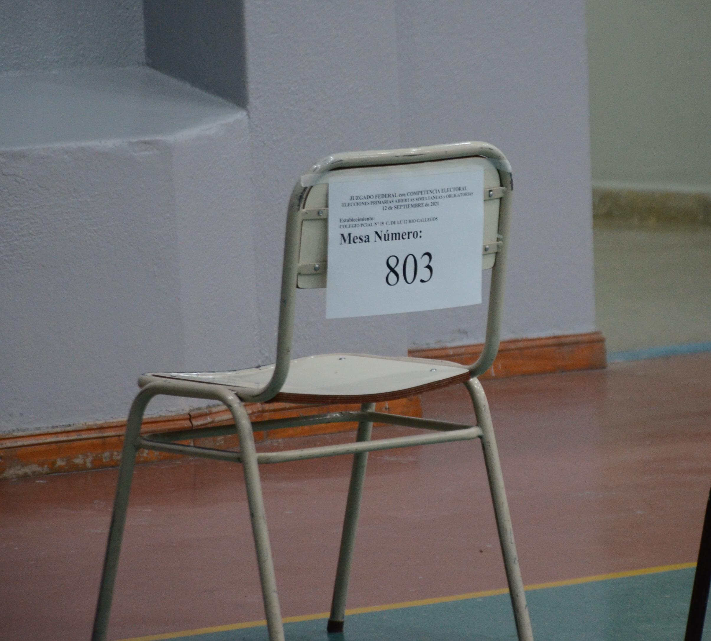 Las primeras sillas indicaban el número de mesa de estas PASO. FOTO: JOSÉ SILVA / LA OPINIÓN AUSTRAL