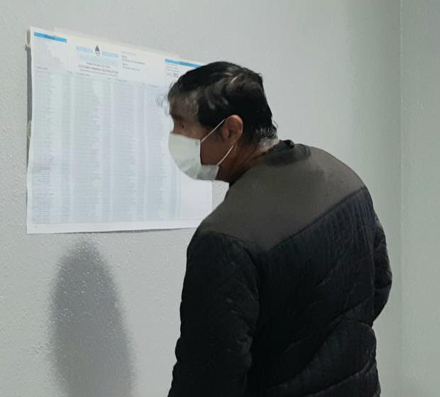 Madrugador: uno de los primeros vecinos en votar.FOTO: JOSÉ SILVA / LA OPINIÓN AUSTRAL