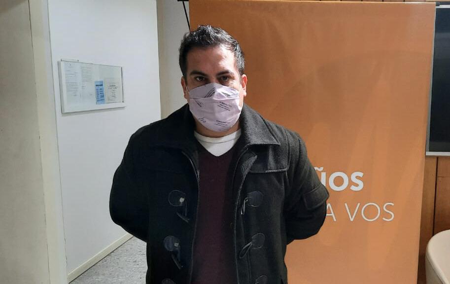 El subcomisario Elbio Ramírez, cuando visitó los estudios de LU12 AM680. FOTO: LA OPINIÓN AUSTRAL