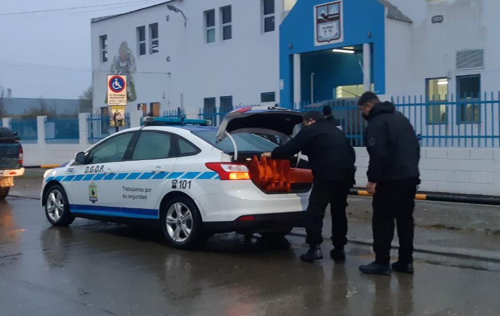 Policías sacando materiales de un patrullero en la mañana del domingo.FOTO: JOSÉ SILVA / LA OPINIÓN AUSTRAL