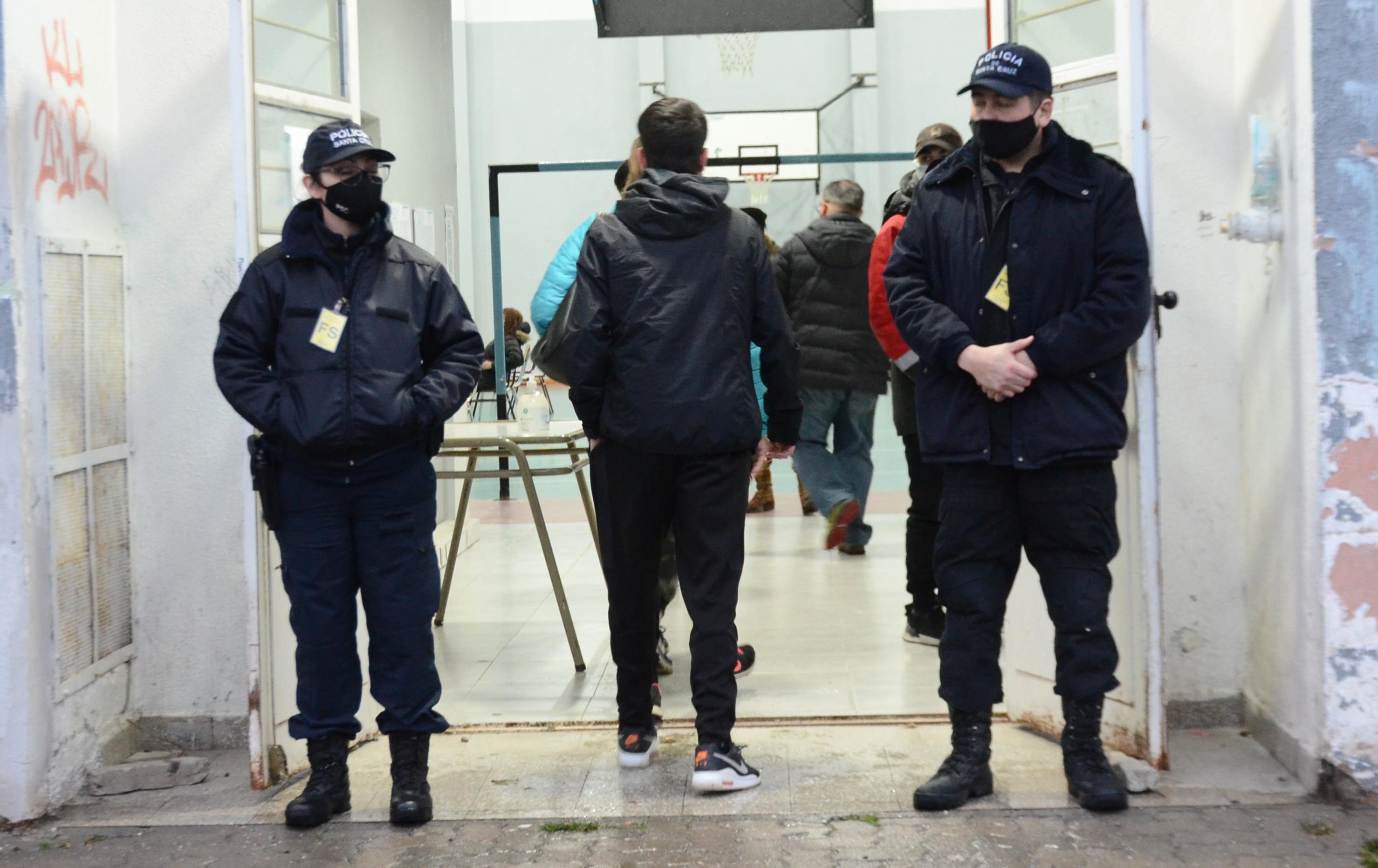 Agentes custodiando el ingreso a la Escuela Nº 19. FOTO: JOSÉ SILVA / LA OPINIÓN AUSTRAL