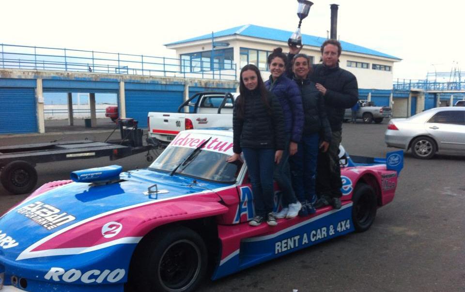 Su esposa Maribel, junto a sus hijas Candela y Rocío en el auto ganador