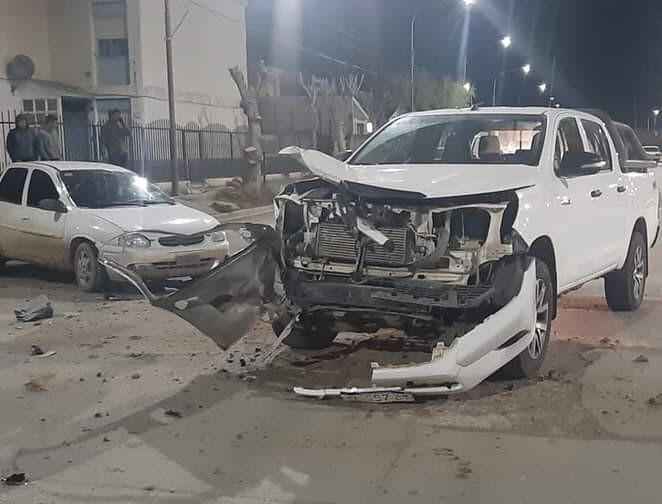 La camioneta sufrió daños en la parte frontal.