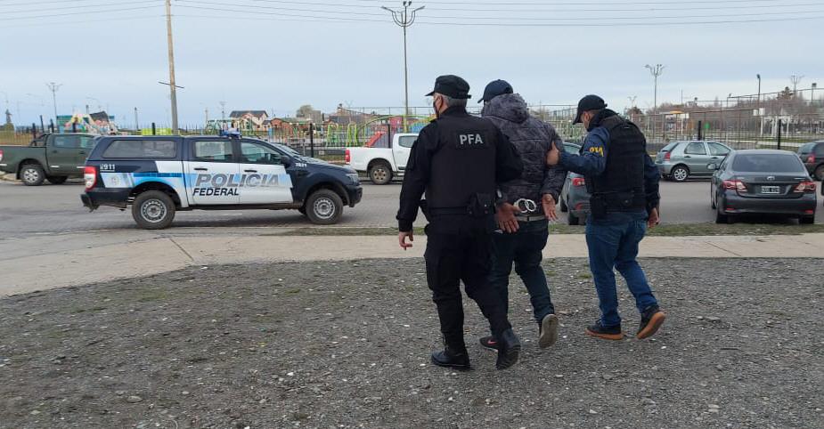 """""""Señor, nos va a tener que acompañar"""": la Policía Federal lo buscaba hace tiempo y lo atrapó después de votar"""