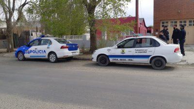 La Policía en inmediaciones de la vivienda. (FOTO: JOSÉ SILVA/LA OPINIÓN AUSTRAL)