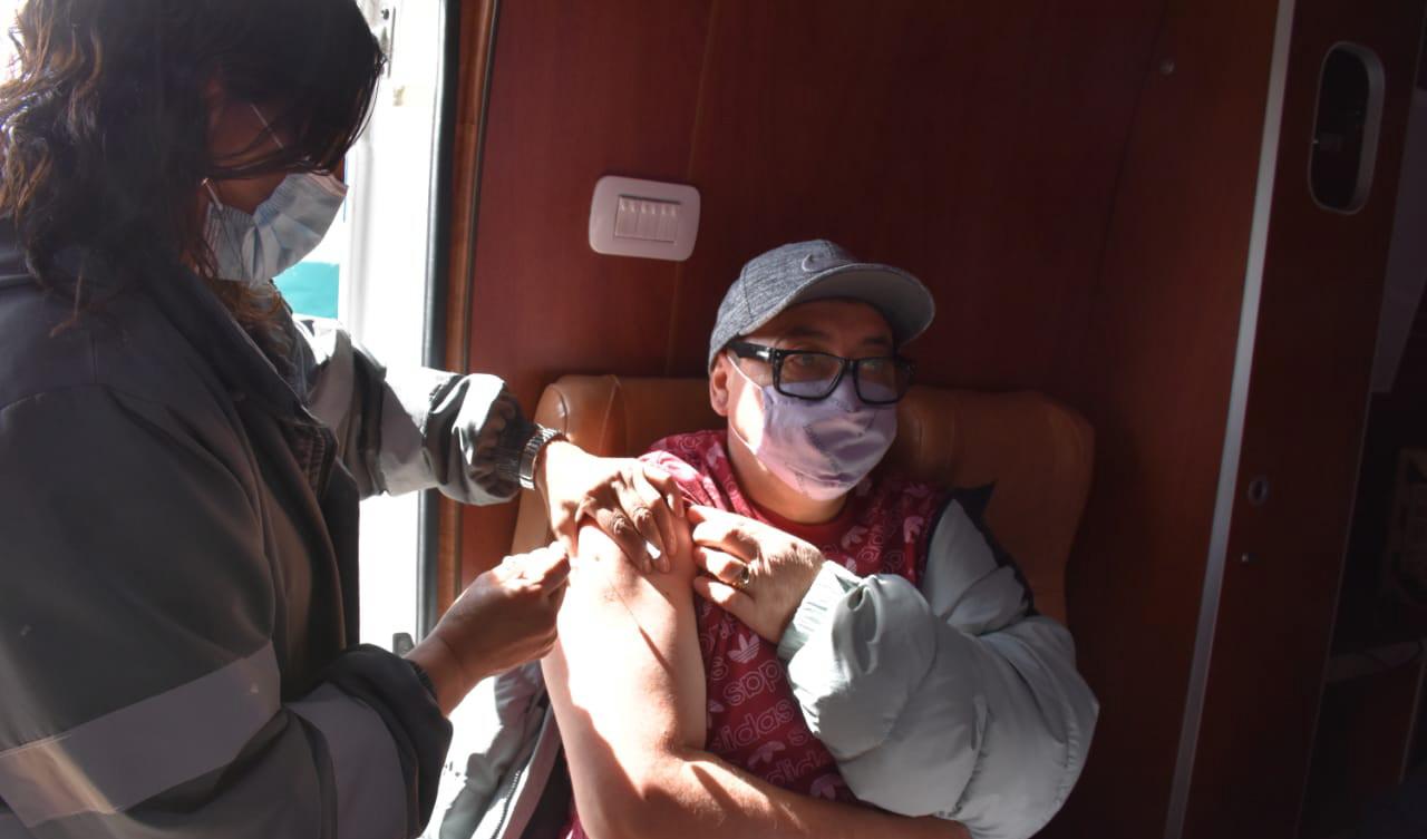 Uno de los tantos vecinos que ayer fueron inmunizados contra el Covid-19.
