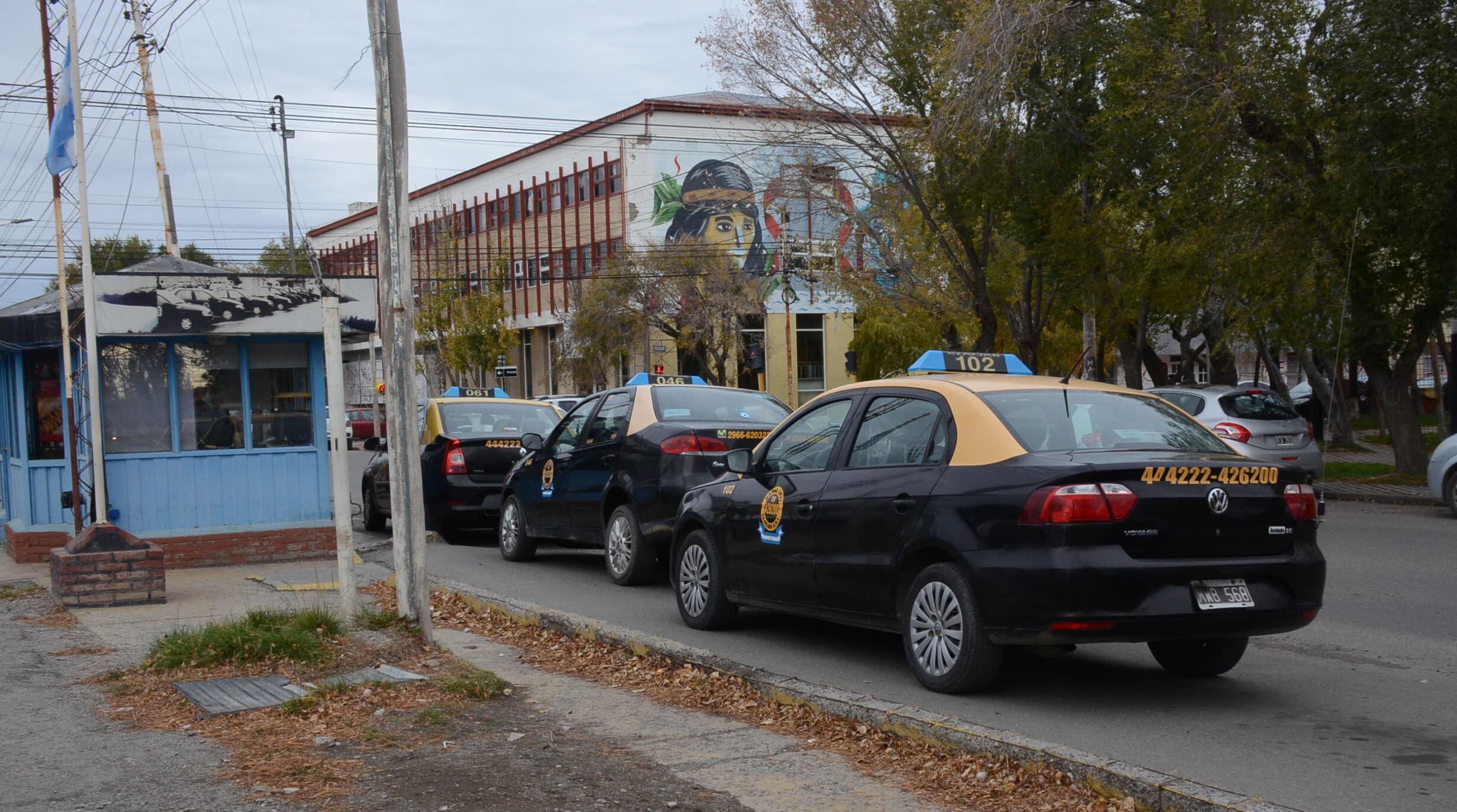 Los taxistas 'beneficiados' porque los 'Uber truchos' no pudieron funcionar.