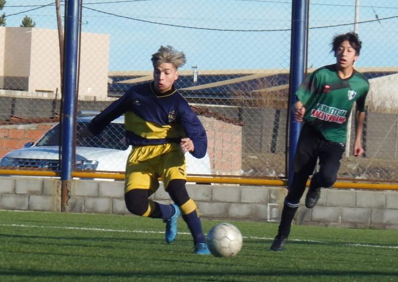 El joven futbolista juega para el Club Boca Río Gallegos.