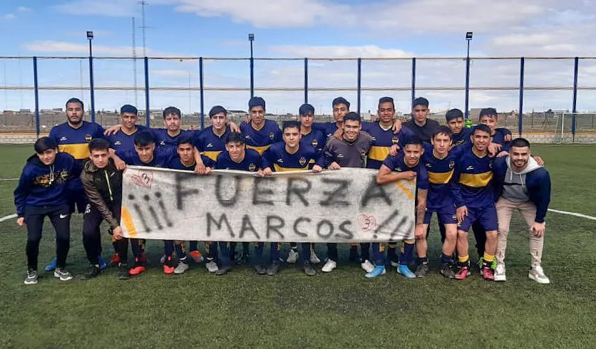 Sus compañeros de inferiores de Boca Río Gallegos y un trapo para alentarlo.