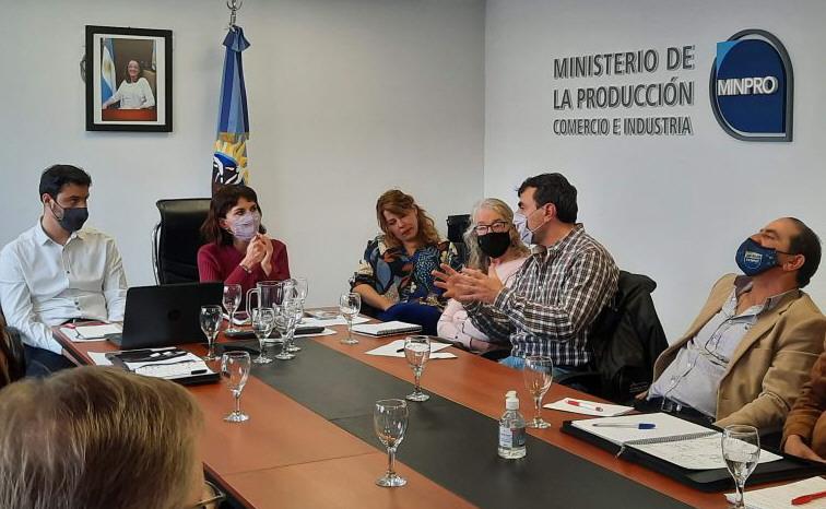 La ministra de la Producción, Silvina Córdoba, y el secretario de Comercio, Fadul, reunidos con las operadoras.